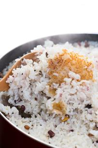 直火で炊かれた雑穀米の写真素材 [FYI00057725]