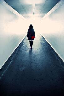 トンネルと女性の写真素材 [FYI00057742]