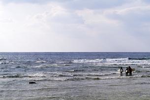 海に向かう3人のサーファーの写真素材 [FYI00057746]