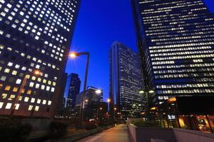 西新宿の薄明の夜景の写真素材 [FYI00058012]