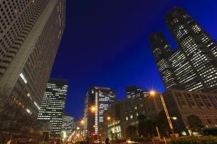 西新宿の薄明の夜景の写真素材 [FYI00058018]
