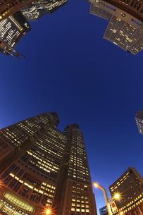 西新宿の薄明の夜景 の写真素材 [FYI00058046]