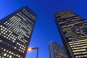 西新宿の薄明の夜景の写真素材 [FYI00058059]
