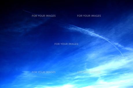 青空の飛行機雲の写真素材 [FYI00058197]