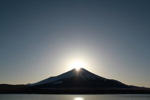 山中湖から見たダイヤモンド富士の写真素材 [FYI00058406]