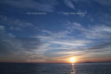 海から昇る朝日(日の出)の写真素材 [FYI00058408]