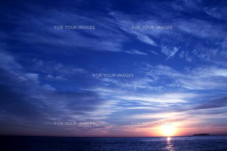 海から昇る朝日の写真素材 [FYI00058440]