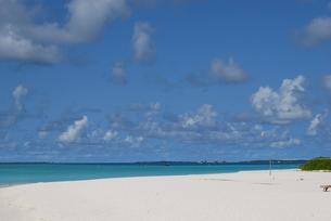 白い砂浜と青い空と海の写真素材 [FYI00058446]