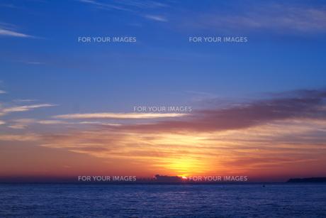 海と雲からの日の出の写真素材 [FYI00058474]