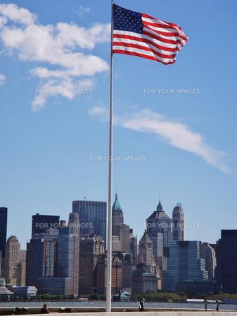 星条旗とマンハッタンの写真素材 [FYI00058479]