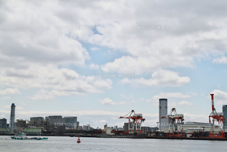 青空と雲と工場の素材 [FYI00058531]