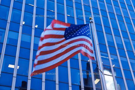 マンハッタンではためく星条旗の写真素材 [FYI00058663]