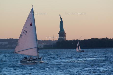 自由の女神とヨットの写真素材 [FYI00058665]