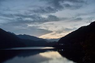 奥多摩湖の夕焼けの写真素材 [FYI00058763]
