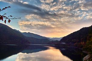 奥多摩湖の夕焼けの写真素材 [FYI00058773]
