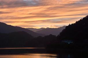 奥多摩湖の夕焼けの写真素材 [FYI00058789]