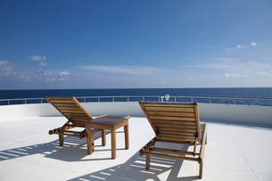 青空と海とデッキチェアーの写真素材 [FYI00058855]