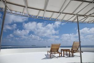水平線と青空と海とデッキチェアの写真素材 [FYI00058863]