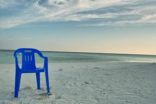 砂浜のビーチチェアの写真素材 [FYI00058891]