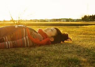 寝そべる女性の素材 [FYI00059569]