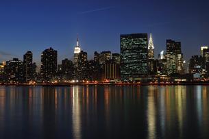 ミッドタウン マンハッタンの夜景の写真素材 [FYI00059589]