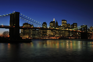 ブルックリンブリッジとロワー マンハッタンの夜景の写真素材 [FYI00059601]