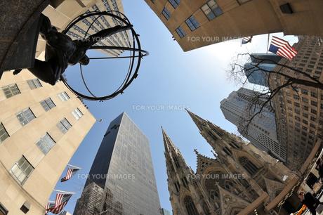 セントパトリック教会とアトラス像の写真素材 [FYI00059606]