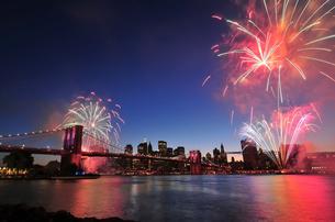 ブルックリンブリッジと花火の写真素材 [FYI00059616]