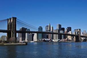 ブルックリンブリッジとロワー マンハッタンの写真素材 [FYI00059617]