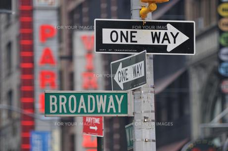 BROADWAY & ONE WAY 道路標識の写真素材 [FYI00059620]