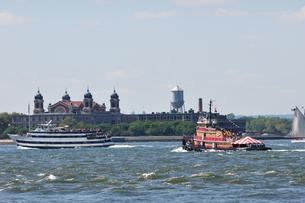船とエリス島の写真素材 [FYI00059659]