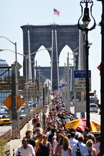 ブルックリンブリッジ、昼のラッシュの写真素材 [FYI00059667]