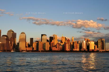 夕日を浴びるマンハッタンの写真素材 [FYI00059692]