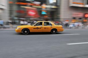 タイムズスクエア、疾走するイエローキャブの写真素材 [FYI00059694]