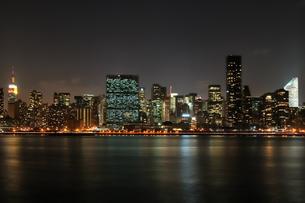 ニューヨーク、マンハッタンの夜景の写真素材 [FYI00059707]