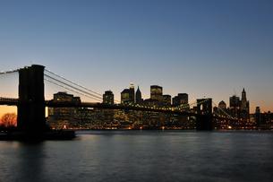 夕暮れのブルックリンブリッジの写真素材 [FYI00059709]