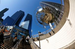 コロンバスサークル、高層ビルと地球儀の写真素材 [FYI00059711]