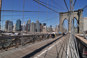 快晴のブルックリンブリッジとロワーマンハッタンの写真素材 [FYI00059789]