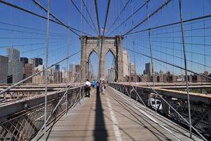 快晴のブルックリンブリッジとロワーマンハッタンの写真素材 [FYI00059791]