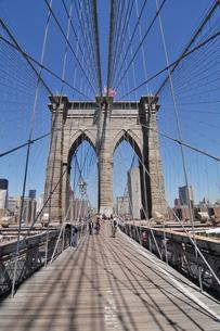快晴のブルックリンブリッジとロワーマンハッタンの写真素材 [FYI00059800]