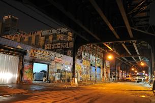 ニューヨーク夜の倉庫街の写真素材 [FYI00059913]