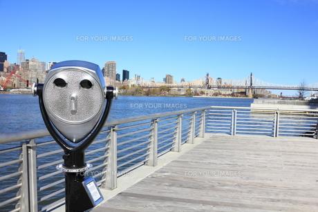 ニューヨーク クイーンズボローブリッジ と望遠鏡の写真素材 [FYI00059948]