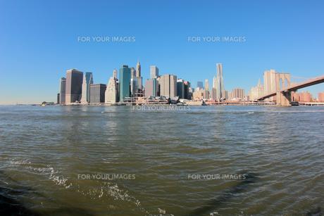 ブルックリンブリッジとロワー マンハッタンの写真素材 [FYI00059956]