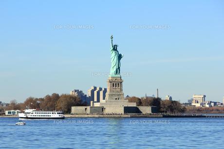 自由の女神とフェリーの写真素材 [FYI00059965]