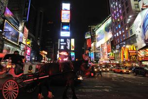 ニューヨーク タイムズスクエア 夜景の写真素材 [FYI00060202]