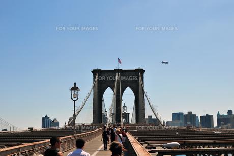 ブルックリンブリッジと飛行船の写真素材 [FYI00060235]