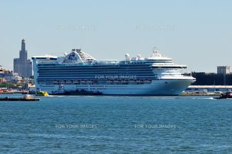 ニューヨーク  ブルックリンに停泊中の旅客船の写真素材 [FYI00060295]