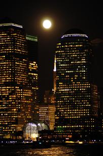 満月のワールドファイナンシャルセンターの写真素材 [FYI00060306]
