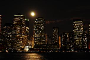 満月のワールドファイナンシャルセンターの写真素材 [FYI00060307]