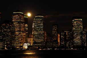 満月のワールドファイナンシャルセンターの写真素材 [FYI00060329]